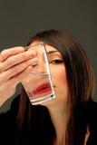 Flickan med ett exponeringsglas av bevattnar Royaltyfri Fotografi