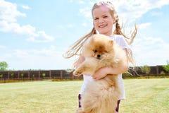 Flickainnehavhusdjuret förföljer Royaltyfria Bilder