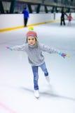 flickais little som åker skridskor Arkivbild