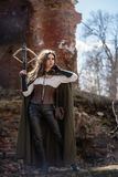 Flickajägaren med en armborst på fördärvar arkivfoto