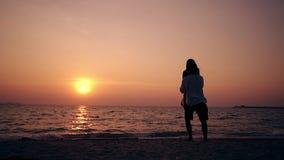 Flickakörningar till grabben och par vänder på strandultrarapid lager videofilmer