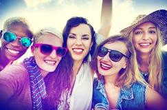 Flickakamratskap som tillsammans ler begrepp för sommarsemestrar arkivfoto