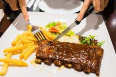 Flickaklipp grillade grillfestgrisköttstöd, fokus på skivat kött Royaltyfri Bild
