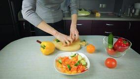 Flickakocken förbereder sig i köket lager videofilmer