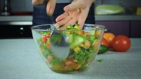 Flickakocken rör salladen på plattan stock video