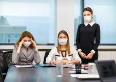 Flickakollegor fick sjuka med viruset Arkivbild