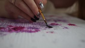 Flickakonstnären drar bokstäver på färgbrädet Handmanikyr hantverk Art Studio arkivfilmer