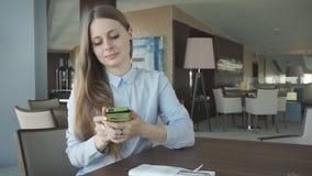 Flickakontroll och samtal på en telefon vid fönstret stock video