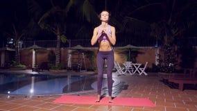 Flickakrökningar förkroppsligar knä som öva kondition vid pölen i afton arkivfilmer
