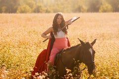 flickakrigare med en häst Stående av a royaltyfri fotografi