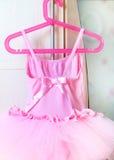 Flickaktigt rosa klänning av rosa tyg Arkivbild