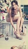 Flickakund som försöker på valda skor i skodonavdelning Arkivbild