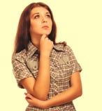 Flickakvinnabrunetten visar tummar för det positiva tecknet ja, skjortakortslutningar Arkivbilder