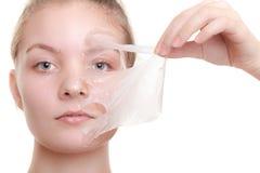 Flickakvinnan i ansikts- skalar av maskeringen applicera genomskinlig fernissa för omsorgshud Royaltyfri Bild