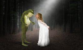 Flickakyss, kyssande groda, prinsessa, fantasi fotografering för bildbyråer