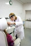 flickaläkarebarn arkivbilder
