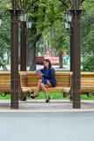 Flickaläsebok i parkera Fotografering för Bildbyråer