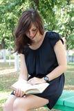 Flickaläsning en boka Royaltyfria Foton