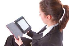 Flickaläsning på elektroniskt bokar Arkivbild