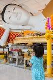 Flickalönrespekt till Buddha arkivbild