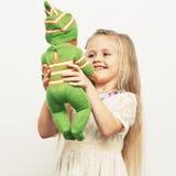 Flickalek med behandla som ett barn - dockan Fostrar dagbegrepp Arkivfoton