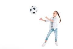 Flickalek med fotbollbollen Fotografering för Bildbyråer