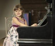 Flickalek pianot royaltyfri bild