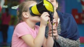 Flickalekar med faktiska exponeringsglas stock video