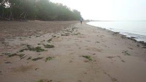 flickalimbers upp i utrymme på stranden på gryning lager videofilmer