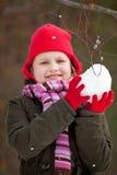 flickalitleframställning kastar snöboll Royaltyfria Bilder