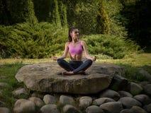 flickalotusblomma mediterar pos royaltyfri bild