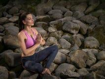 flickalotusblomma mediterar pos Arkivfoton