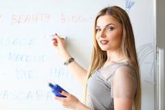 Flickamakeupkonstnär Beauty Product Presentation royaltyfria bilder