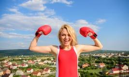 Flickamaktbegrepp Ansträngning för symbol för flickaboxninghandskar för kvinnliga rätter och friheter Starka boxninghandskar för  royaltyfri fotografi