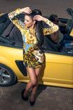 Flickaman och gul bil för sport Royaltyfria Foton