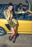 Flickaman och gul bil för sport Fotografering för Bildbyråer