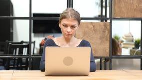Flickamaskinskrivning på bärbara datorn, Front View Arkivfoton