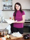 Flickamatlagning med förberedd lager-köpt deg på kithen Royaltyfri Bild