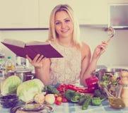 Flickamatlagning med hemmastadda veggies Arkivbild