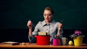 Flickamatlagningsoppa från brevpapper och böcker på bakgrund av den gröna skolförvaltningen Begrepp av mat för hjärnan lärare arkivfilmer