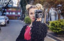 Flickamodefotograf som tar en bild arkivbilder