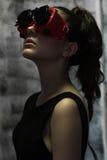 Flickamodemodell med en lie i ovanliga hipsterexponeringsglas Fotografering för Bildbyråer