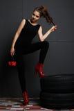 Flickamodemodell som arbetar med gummihjul och ovanliga exponeringsglas Royaltyfri Fotografi