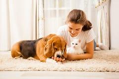 Flickan är avslappnande med hennes husdjur arkivfoton