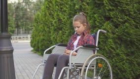 Flickan är en rörelsehindrad person i en rullstol är ledsen Royaltyfria Foton