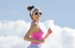 Flickan är förlovad, i att jogga för sportar royaltyfria foton