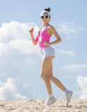 Flickan är förlovad, i att jogga för sportar royaltyfri fotografi