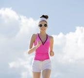 Flickan är förlovad, i att jogga för sportar royaltyfria bilder