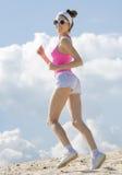 Flickan är förlovad, i att jogga för sportar royaltyfri bild