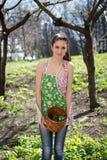 Flickan är förlovad, i att rensa för gräs Arkivfoton